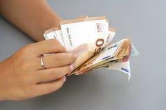 Frauenhände Griff und Zählung von Eurobanknoten lizenzfreie stockfotos