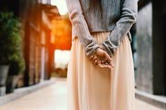 Frauenhände hinter ihr zurück, etwas in der Stadt betrachtend Lizenzfreies Stockbild