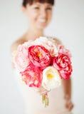 Frauenhände mit Blumenstrauß von Blumen Stockbild