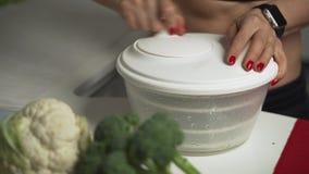 Frauenhände mit dem Messer, das Brokkoli schneidet Schließen Sie herauf Frischgemüse auf Küchentisch Hausfraukochen natürlich und stock video footage