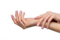 Frauenhände mit französischer Maniküre lizenzfreie stockfotos