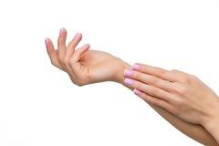 Frauenhände mit französischer Maniküre lizenzfreies stockbild