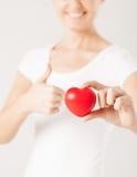 Frauenhände mit Herzen Stockfoto