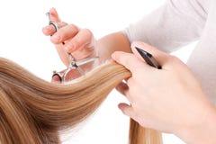 Frauenhände mit Hilfsmitteln des Friseurs Herstellung eines Haarschnitts Stockbilder