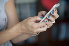 Frauenhände mit intelligentem Telefon Lizenzfreie Stockfotografie