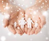 Frauenhände mit Papiermannfamilie Lizenzfreie Stockbilder