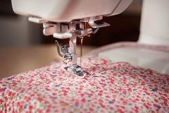 Frauenhände an Nähmaschine Lizenzfreies Stockbild
