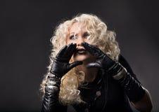 Frauenhände um Mund, lautes Unterhaltungsc$sprechen, blondes gelocktes ha Lizenzfreies Stockfoto