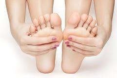 Frauenhände und -füße mit der Maniküre lokalisiert lizenzfreies stockfoto
