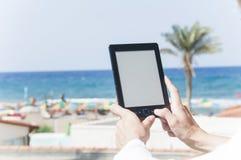 Frauenh?nde, die ebook Leser halten lizenzfreies stockfoto