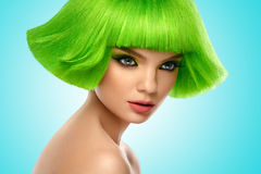 Frauenhaar Art- und Weiseschönheits-Portrait Haar-Schnitt Schönes Brunette-Mädchen mit Frisur und bilden lokalisiert auf weißem H Stockbild
