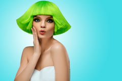 Frauenhaar Art- und Weiseschönheits-Portrait Haar-Schnitt Schönes Brunette-Mädchen mit Frisur und bilden lokalisiert auf weißem H Stockfotografie