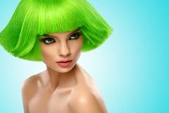 Frauenhaar Art- und Weiseschönheits-Portrait Haar-Schnitt Schönes Brunette-Mädchen mit Frisur und bilden lokalisiert auf weißem H Lizenzfreie Stockfotografie