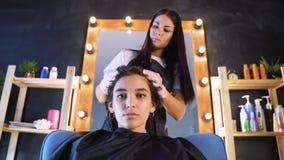 Frauenhaarausschnitt durch Friseur am Salon, interessierend für Haar stock video footage