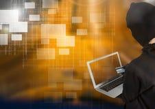 Frauenhacker, der einen Kreditkredit bei der Anwendung eines Laptops vor gelbem Hintergrund hält Stockfoto