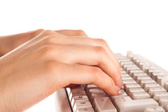 Frauenhand auf Tastatur Stockbild