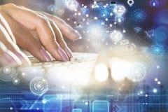 Frauenhand, die auf Computerlaptop mit Technologieverbindung und Internet von Sachenikonen und -Social Media schreibt lizenzfreie stockfotos