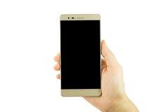 Frauenhand, die den goldenen Smartphone auf weißem Hintergrund hält lizenzfreie stockbilder