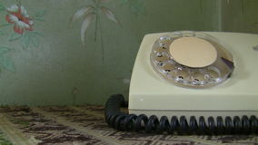 Frauenhand, die ein altes Telefon wählt stock video footage