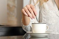 Frauenhand, die einen Tasse Kaffee vorbereitet Lizenzfreies Stockfoto