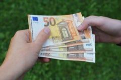 Frauenhand, die Geld gibt lizenzfreie stockfotos