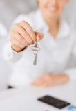 Frauenhand, die Hausschlüssel hält Stockbild