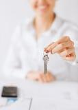 Frauenhand, die Hausschlüssel hält Stockfotos