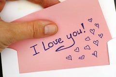 Frauenhand, die ich liebe dich Brief mit Text herausnimmt! vom Umschlag lizenzfreies stockfoto
