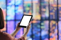 Frauenhand, die intelligentes Gerät der Tablette des freien Raumes auf bokeh Zusammenfassung b hält lizenzfreie stockfotografie