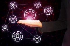 Frauenhand, die intelligentes Telefon mit abstrakter Verbindung der drahtlosen Technologie hält Stockfoto