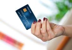 Frauenhand, die Kreditkarte anhält Lizenzfreies Stockfoto