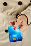 Frauenhand, die Kreditkarte anhält Lizenzfreie Stockbilder