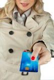Frauenhand, die Kreditkarte anhält Lizenzfreie Stockfotografie