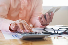 Frauenhand, die an Laptop-Computer mit digitaler Schicht arbeitet Lizenzfreies Stockfoto
