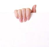 Frauenhand, die leeres Papier hält Stockfoto