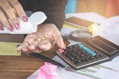 Frauenhand, die Medizin, deprimierte Frau einnimmt Schlaftablette in die Hand nimmt Lizenzfreies Stockbild