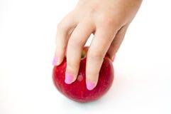 Frauenhand, die roten Apfel hält Lizenzfreie Stockfotos