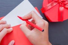 Frauenhand, die roten Filzstift hält lizenzfreie stockfotografie