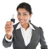 Frauenhand, die Schlüssel hält Lizenzfreie Stockbilder