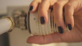 Frauenhand, die Temperatur justiert stock video