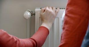 Frauenhand, die Thermostat justiert stock footage