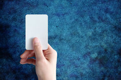 Frauenhand, die unbelegte Visitenkarte anhält Lizenzfreies Stockfoto