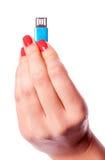 Frauenhand, die usb-Blitz hält Stockbilder