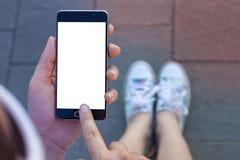 Frauenhand, die zeitgenössischen modernen Smartphone hält Stockfoto