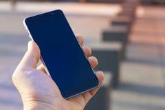 Frauenhand, die zeitgenössischen modernen Smartphone hält Lizenzfreie Stockfotografie