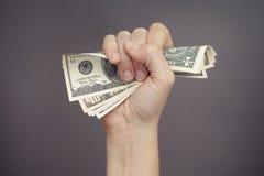 Frauenhand drückt Dollarscheine zusammen Lizenzfreies Stockfoto