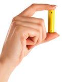 Frauenhand mit Batterie Stockbild