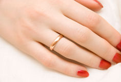 Frauenhand mit goldenem Ring lizenzfreie stockfotos