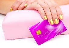 Frauenhand mit Kreditkarte Lizenzfreie Stockfotografie