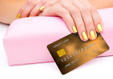 Frauenhand mit Kreditkarte Lizenzfreies Stockbild